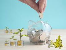 trasparente veda attraverso il porcellino salvadanaio riempito di monete su fondo bianco immagine stock
