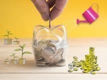 trasparente veda attraverso il porcellino salvadanaio riempito di monete su fondo bianco fotografia stock libera da diritti