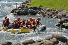 Trasportando nelle rapide del whitewater Immagine Stock