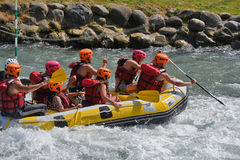Trasportando nelle rapide del whitewater Immagini Stock