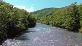 Trasportando su un catamarano su un fiume della montagna Vista da quadrocopter video d archivio