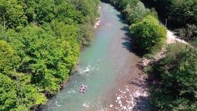 Trasportando su un catamarano su un fiume della montagna Vista da quadrocopter archivi video