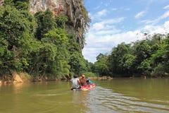 Trasportando su una canoa, la Tailandia Immagine Stock