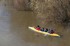 Trasportando sul fiume i turisti nuotano nel fiume della foresta nell'inondazione su una canoa kayak sulla foresta dell'alta mare Fotografia Stock