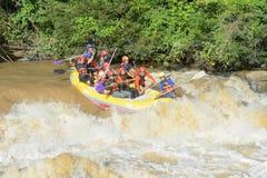 Trasportando sul fiume Khek in Phitsanulok, la Tailandia Immagine Stock