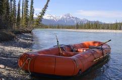 Trasportare barca con una zattera al puntello del fiume Fotografie Stock
