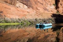 Trasportare il fiume Colorado con una zattera Immagini Stock Libere da Diritti