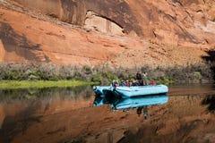 Trasportare il fiume Colorado con una zattera Immagine Stock