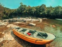 Trasportare il primo piano con una zattera della barca Rafting sul canyon nell'estate, Georgia di Martvili fotografia stock