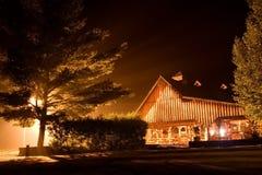 Trasportare la casa con una zattera di notte Immagini Stock