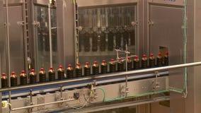 Trasportatore alla fabbrica di birra per la produzione delle bevande della limonata e della birra del kvas video d archivio