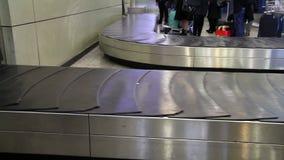 Trasportatore del bagaglio stock footage