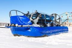 Trasportatore dell'hovercraft sul ghiaccio del fiume nell'inverno Immagine Stock Libera da Diritti