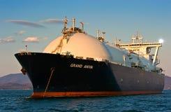 Trasportatore di LNG grande Aniva al tramonto sulle strade del porto di Nachodka immagine stock