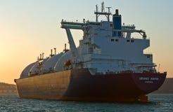 Trasportatore di LNG grande Aniva al tramonto sulle strade del porto di Nachodka L'Estremo Oriente della Russia Mare orientale (d fotografie stock