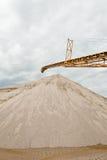 Trasportatore sul luogo alla cava di ghiaia Fotografie Stock Libere da Diritti