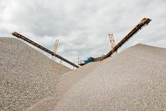 Trasportatore sul luogo alla cava di ghiaia Immagine Stock