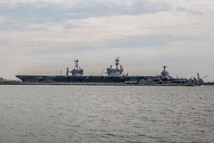 Trasportatori della marina statunitense all'iarda della Norfolk nella Virginia immagine stock libera da diritti
