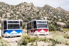 2 trasportatori extra del tram del picco di Sandia che aspettano nelle ali Fotografie Stock Libere da Diritti
