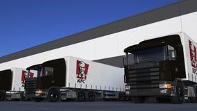 Trasporti i camion dei semi con caricamento o lo scarico di logo del Kentucky Fried Chicken KFC al bacino del magazzino Rappresen Immagini Stock Libere da Diritti