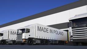Trasporti i camion dei semi con FATTO nel titolo della POLONIA sul caricamento o sullo scarico del rimorchio Trasporto 3D del car Illustrazione di Stock