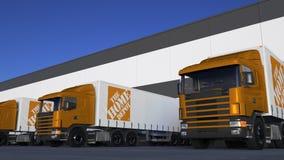 Trasporti i camion dei semi con il caricamento o lo scarico di logo di Home Depot al bacino del magazzino Rappresentazione editor Fotografia Stock
