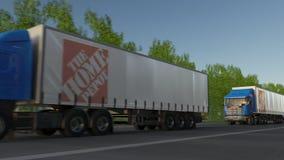 Trasporti i camion dei semi con il logo di Home Depot che guida lungo il sentiero forestale Rappresentazione editoriale 3D Fotografie Stock