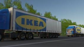 Trasporti i camion dei semi con il logo di Ikea che guida lungo il sentiero forestale Rappresentazione editoriale 3D Fotografia Stock Libera da Diritti