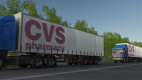 Trasporti i camion dei semi con il logo di salute di CVS che guida lungo il sentiero forestale Rappresentazione editoriale 3D Immagini Stock Libere da Diritti