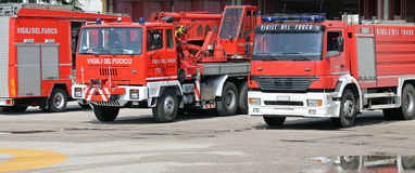 trasporti i pompieri su autocarro delle autopompe antincendio durante l'addestramento dell'esercitazione antincendio Fotografie Stock Libere da Diritti