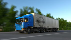 Trasporti il camion dei semi con il logo di Nissan che guida lungo il sentiero forestale Rappresentazione editoriale 3D Fotografie Stock Libere da Diritti