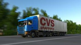 Trasporti il camion dei semi con il logo di salute di CVS che guida lungo il sentiero forestale Rappresentazione editoriale 3D Fotografie Stock