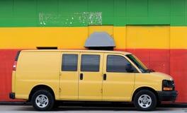 trasporti il colore giallo su autocarro fotografia stock libera da diritti