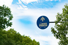 Trasporti il segno su autocarro permesso entrata sul cielo blu e sull'albero Fotografie Stock