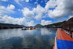 Trasporti l'acqua con una zattera di fiume della località di soggiorno del cielo blu della nuvola del lago della località di soggi immagine stock