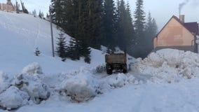 Trasporti l'azionamento su autocarro su una strada della montagna nel legno nella neve archivi video