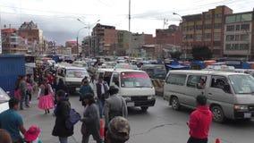 Trasporti l'ingorgo stradale e la folla della gente a El Alto video d archivio