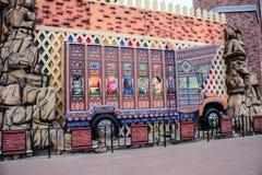 Trasporti la città su autocarro del pakistan di arte in villaggio globale Dubai UAE fotografia stock libera da diritti