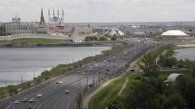 Trasporti la diga, il fiume di Kazanka ed il Cremlino di Kazan Kazan, Tatarstan, Russia stock footage