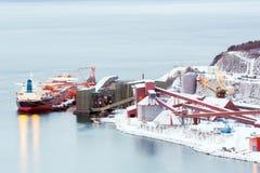 Trasporti la nave alla fabbrica della raffineria della miniera di ferro Fotografia Stock