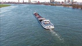 Trasporti la nave che consegna la ghiaia ed il carbone sul fiume il Reno da Duesseldorf archivi video