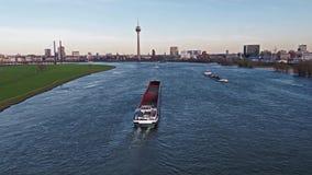 Trasporti la nave che consegna la ghiaia ed il carbone sul fiume il Reno da Duesseldorf stock footage