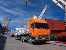 Trasporti lo zucchero su autocarro di dilivery in borse per il carico a bordo immagine stock libera da diritti