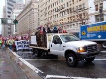 Trasporti in pieno del dimostrante e dei dimostranti che camminano dietro loro tenuta Fotografia Stock Libera da Diritti