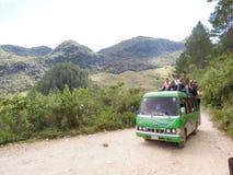 Trasporti in pieno della gente su una strada della montagna della sporcizia vicino a Lanquin, Guate Fotografia Stock
