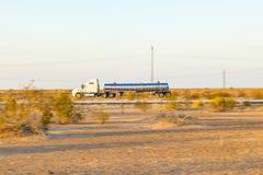 Trasporti sulla strada principale 8 nell'alba Fotografia Stock