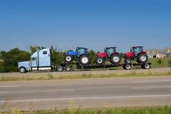 Trasporto del camion del camion con il tratto di agricoltura Fotografia Stock