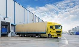 Trasporto del carico - camion nel magazzino fotografie stock libere da diritti