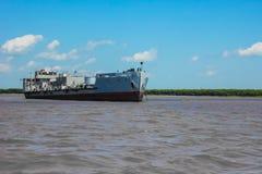 Trasporto del carico dal fiume immagine stock