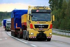 Trasporto del carico di V8 dell'UOMO ampio lungo la strada Fotografia Stock